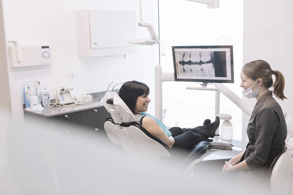 Dentiste et patiente dans une salle chez le dentiste